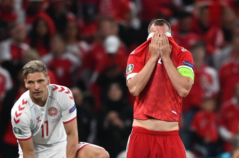 Реакция капитана сборной России Артема Дзюбы (справа) на гол Юссуфа Поульсена
