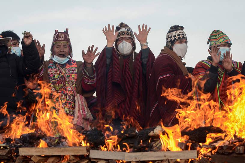 Тиуанако, Боливия. Президент страны Луис Арсе (в центре) на праздничной церемонии индейцев аймара
