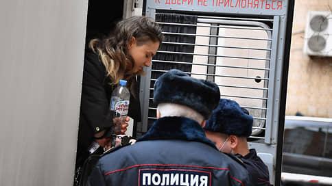 Посадили любершу с Тверской // Женщине, напавшей на полицейского, дали два года заключения