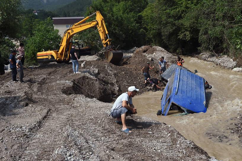 Ялта, Республика Крым. Ликвидация последствий наводнения из-за сильных дождей, вызвавших подтопления домов