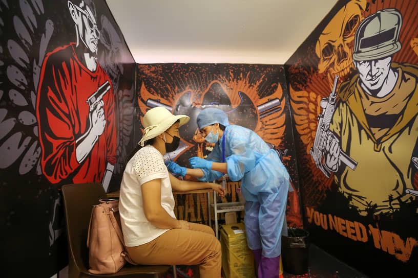 Алматы, Казахстан. Вакцинация от COVID-19 в торговом центре