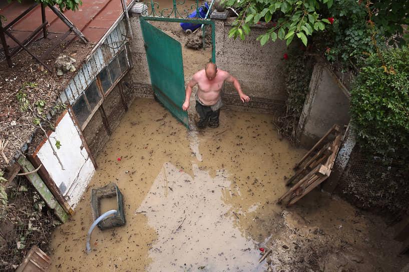 Ялта, Крым. Ликвидация последствий наводнения во время Всекрымского субботника
