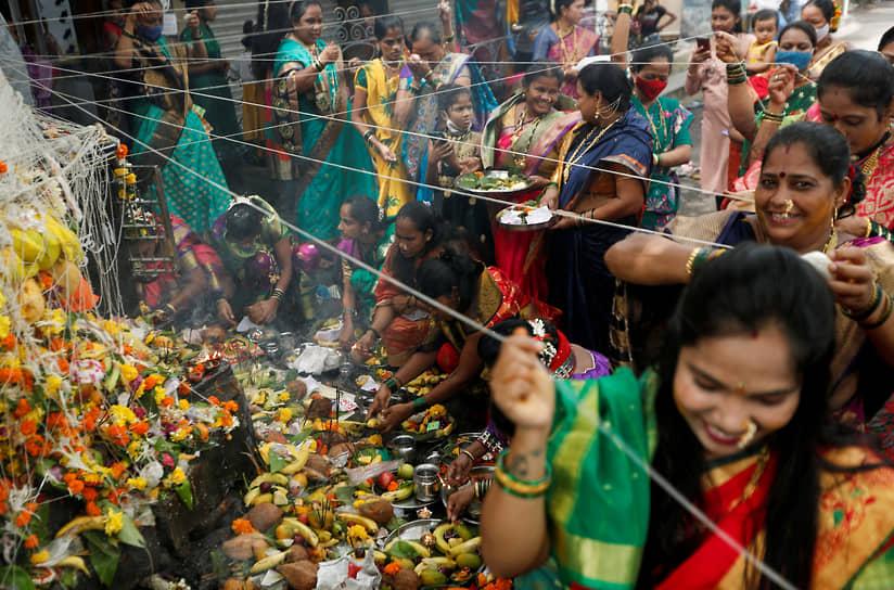 Мумбаи, Индия. Женщины на индуистском фестивале
