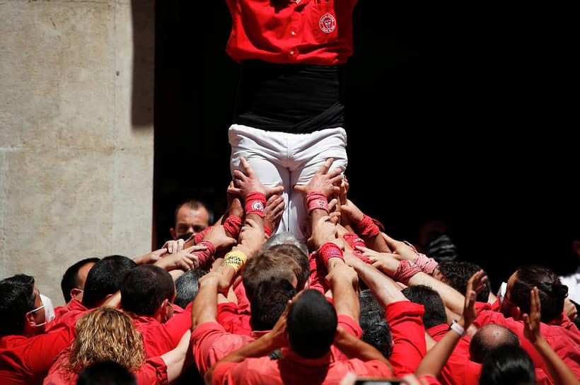 Вальс, Испания. Люди пытаются построить «башню»