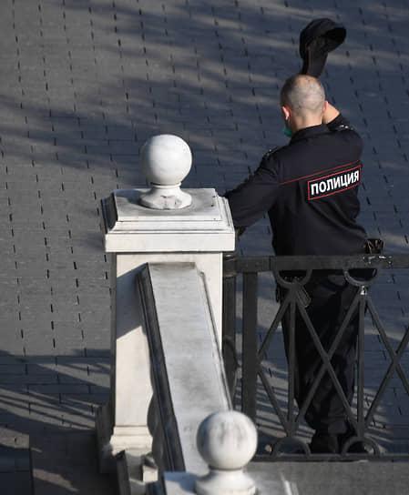 Сотрудник полиции во время дежурства в Москве