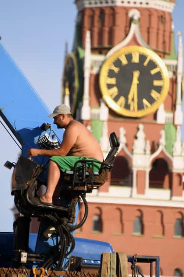Оператор крана во время работы на Красной площади в Москве
