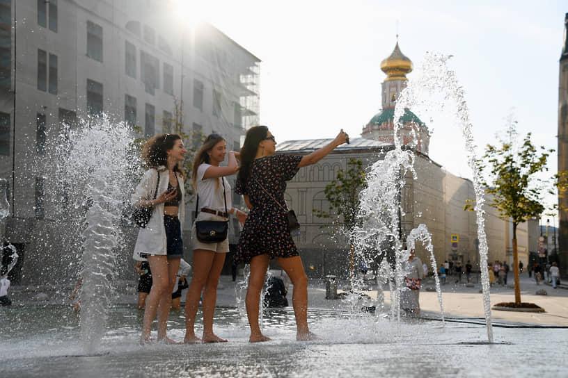 Девушки у фонтана на Биржевой площади в Москве