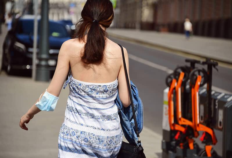 Девушка с медицинской маской на руке в Москве