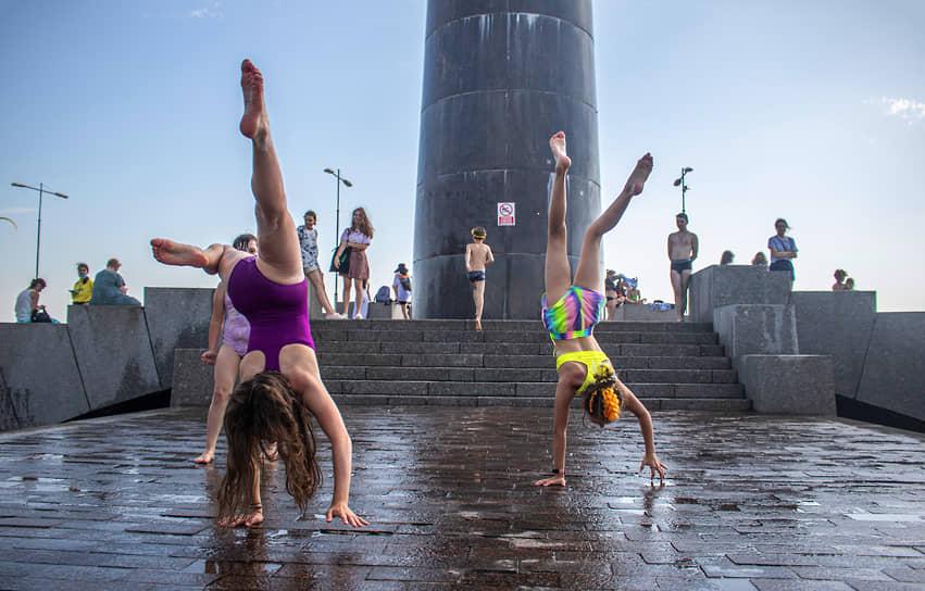 Люди отдыхают в парке имени 300-летия Санкт-Петербурга