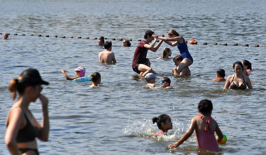 Отдыхающие купаются в Москве-реке в Серебряном бору