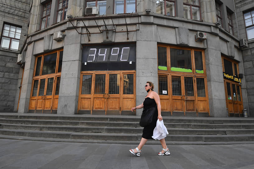 Женщина возле здания Центрального телеграфа в Москве