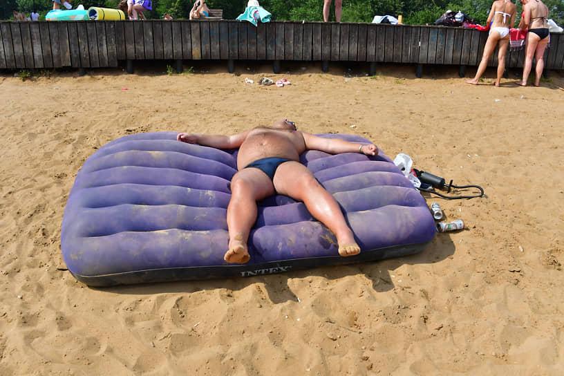 Отдыхающий на пляже в московском районе Строгино