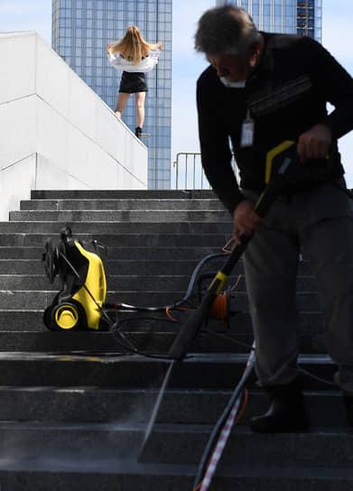 Москва. Рабочий чистит ступени лестницы подземного пешеходного перехода