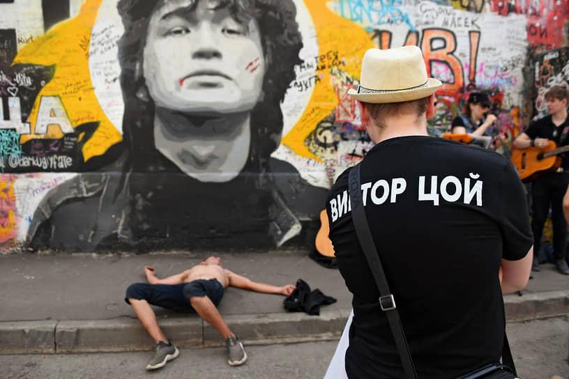 Москва. Музыканты и слушатели у стены Виктора Цоя на Арбате
