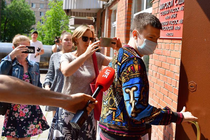 Москва. Блогер Андрей Бурим (Mellstroy) (справа), обвиняемый в избиении девушки, перед началом заседания суда