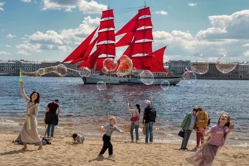 Впервые корабль под алыми парусами на Неве увидели ленинградские выпускники 27 июня 1968 года. Впоследствии корабль стал символом праздника. Традиция прервалась в 1979 году, но была возрождена 25 лет спустя