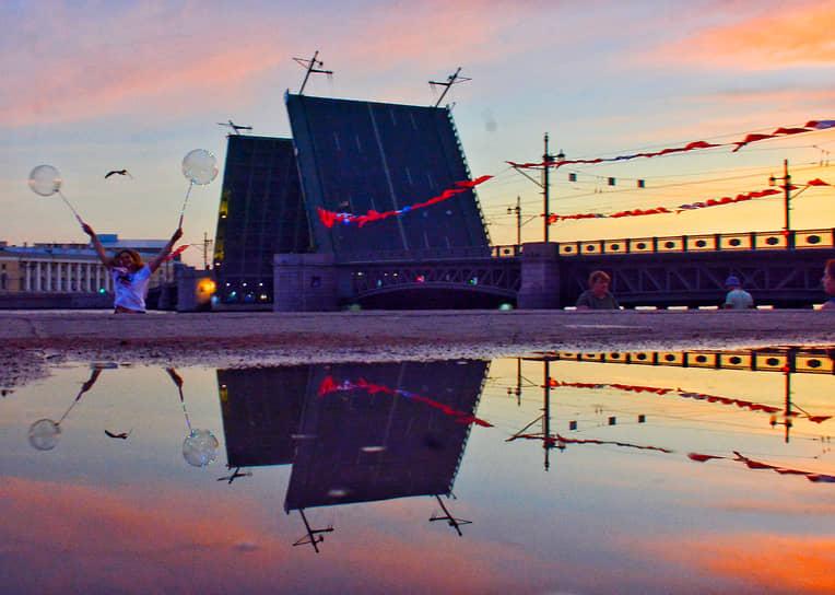 Главными темами праздника в этом году стали 30-летие возвращения российского флага-триколора, годовщина рождения Александра Невского и 60-летие первого полета человека в космос