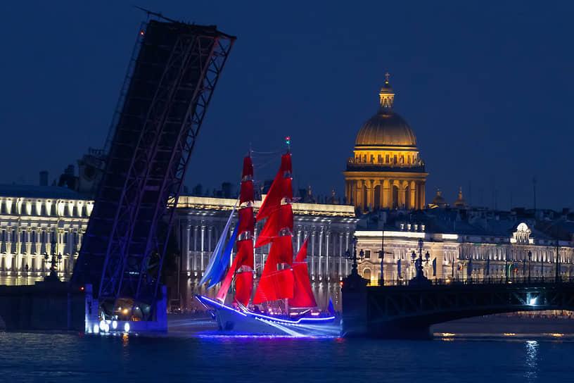 Проход брига «Россия» в акватории Невы