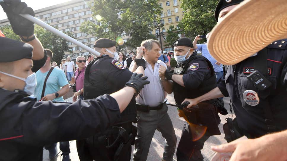 Начальник штаба Оющероссийского офицерского собрания майор Игорь Окунев (в центре) во время задержания на митинге КПРФ