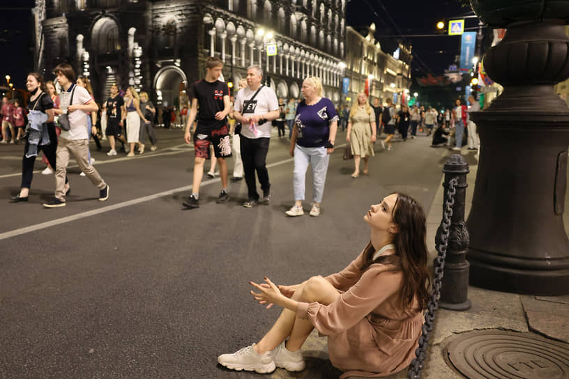 Несмотря на то, что на Дворцовую площадь и набережные пускали только выпускников по билетам, ночью гулял весь центр города