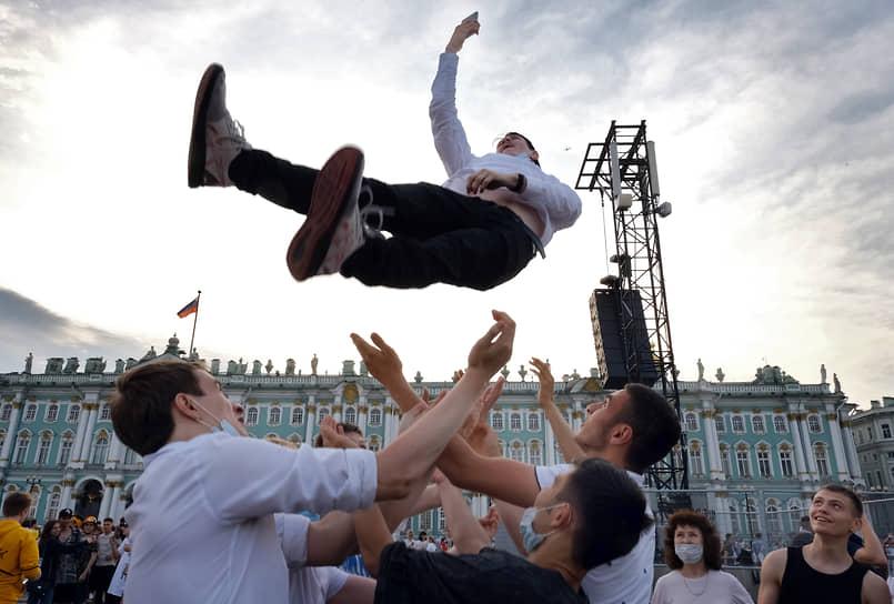 В 2020 году праздник «Алые паруса» состоялся в формате телевизионной трансляции <br>На фото: выпускники на Дворцовой площади