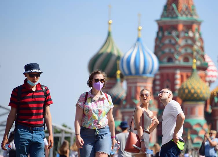 Туристы и прохожие на Красной площади, 21 июня