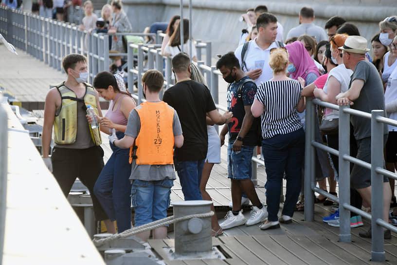 Пассажиры на теплоходе во время речной прогулки по Москве-реке, 21 июня