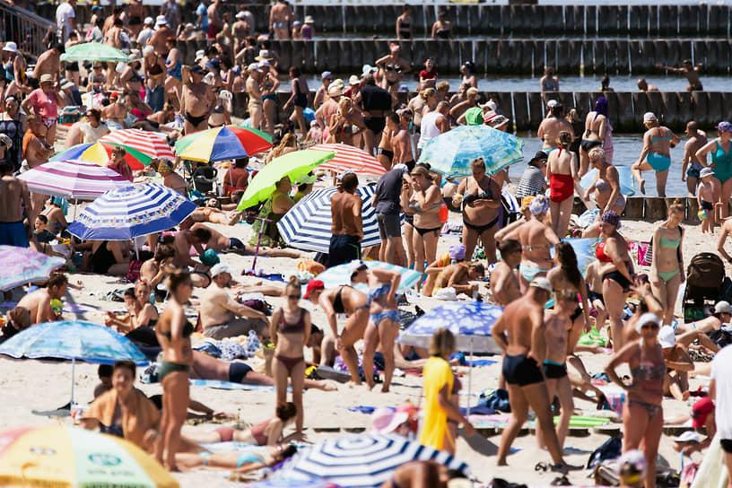Отдыхающие на пляже в Зеленоградске Калининградской области, 21 июня