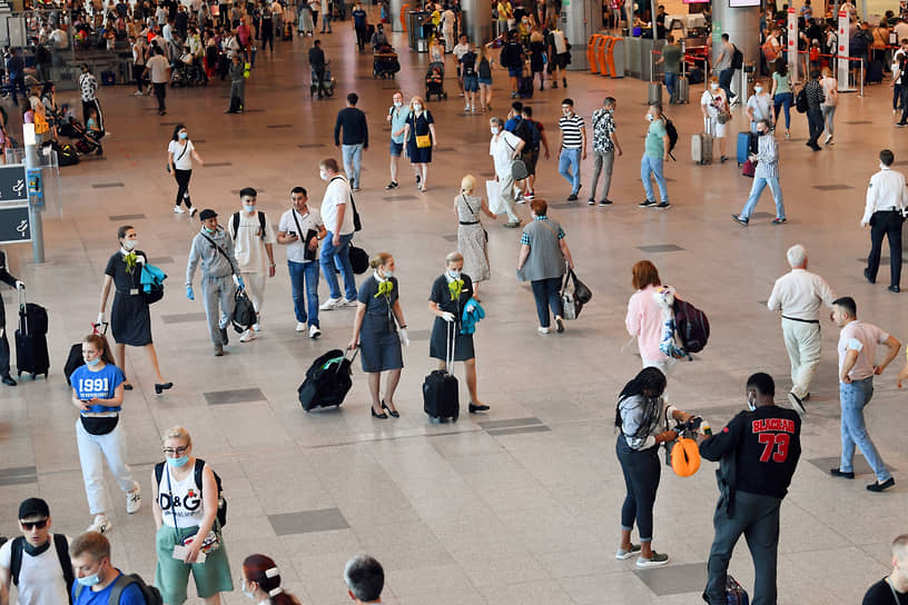 Пассажиры в аэропорту Домодедово в день открытия авиасообщения с Турцией, 22 июня