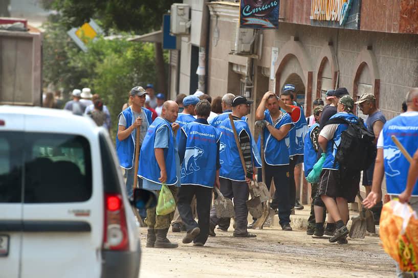 Субботник в Ялте, организованный с целью ликвидации последствий наводнения, 23 июня