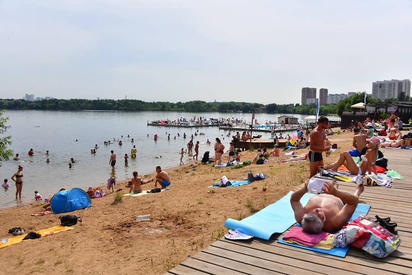 Отдыхающие на пляже в столичном Строгино, 25 июня