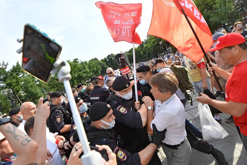 Столичное отделение КПРФ 26 июня организовало акцию против обязательной вакцинации от коронавируса. Несколько человек были задержаны