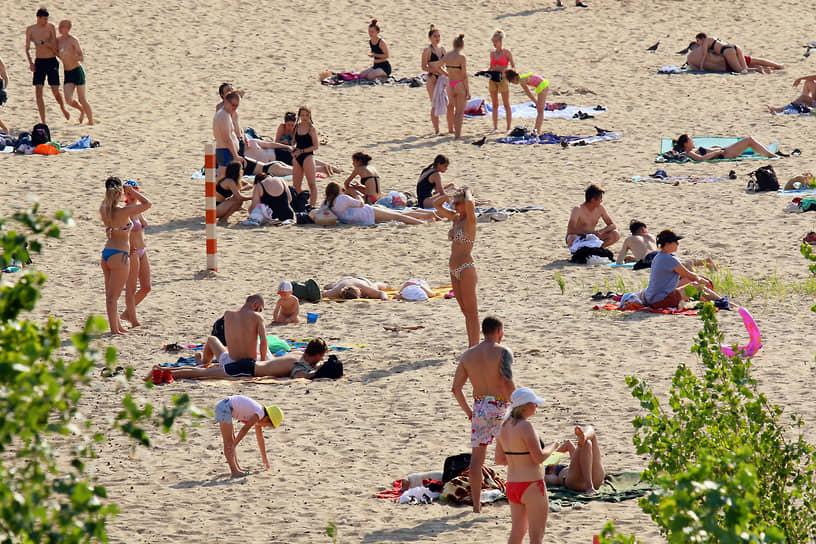 В связи с жаркой погодой многие люди собирались на пляжах<br> На фото: пляж в Казани, 25 июня