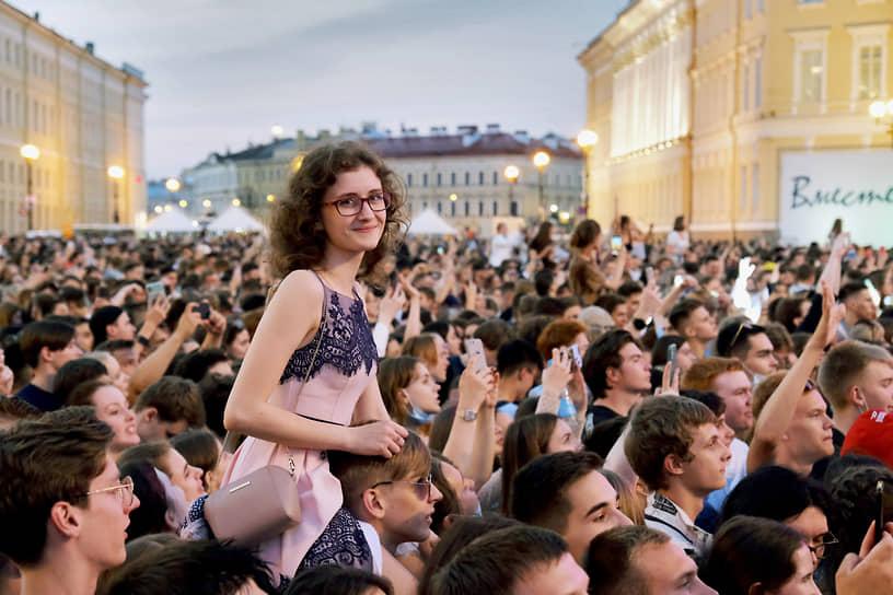 Выпускники на Дворцовой площади Санкт-Петербурга во время праздника «Алые паруса»
