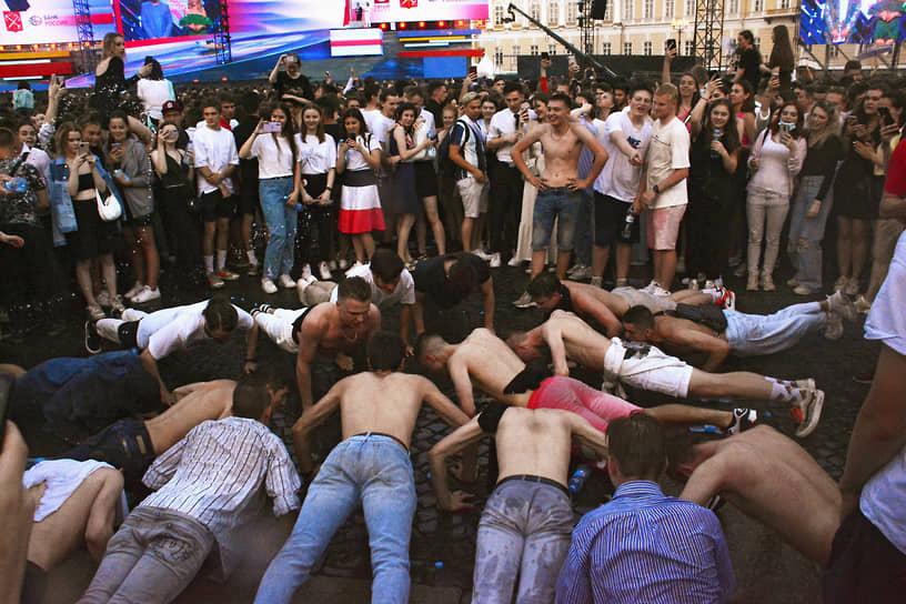 Праздник прошел в традиционном формате на Дворцовой площади и близлежащих набережных города, его посетили около 40 тыс. выпускников