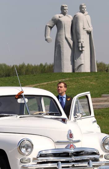 Появились ламповые указатели поворотов и стоп-сигналы. Впервые в СССР легковой автомобиль оснастили отопителем салона<br> На фото: президент России Дмитрий Медведев (2010 год)