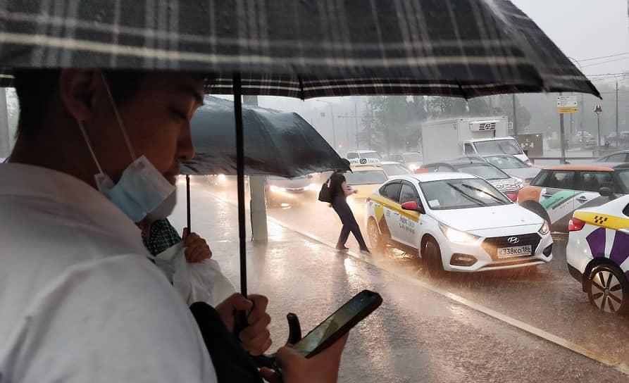 Затопленная проезжая часть в районе Беляево
