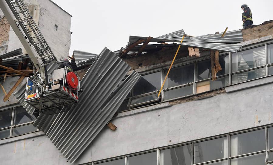 """Снесенная крыша на здании комбината издательства """"Правда"""""""