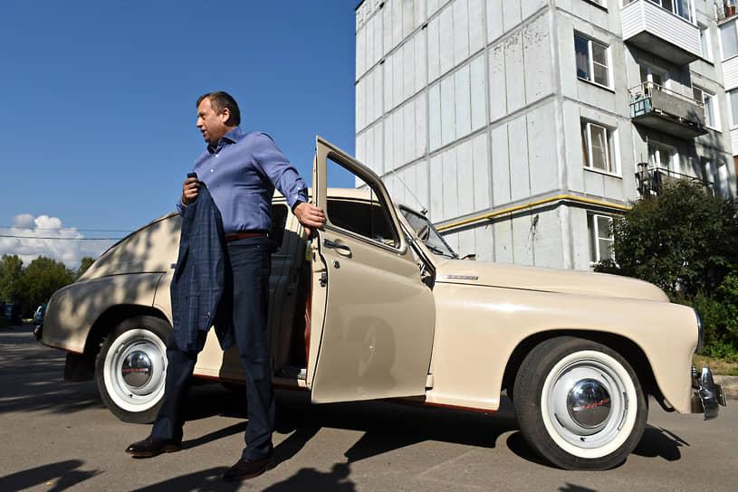 В 1955 году появилась обновленная модель ГАЗ-20В, в которой усовершенствовали ходовую часть, добавили радиатор в стиле американских машин 1950-х годов и сделали более комфортный салон с мощной печкой и  радиоприемником