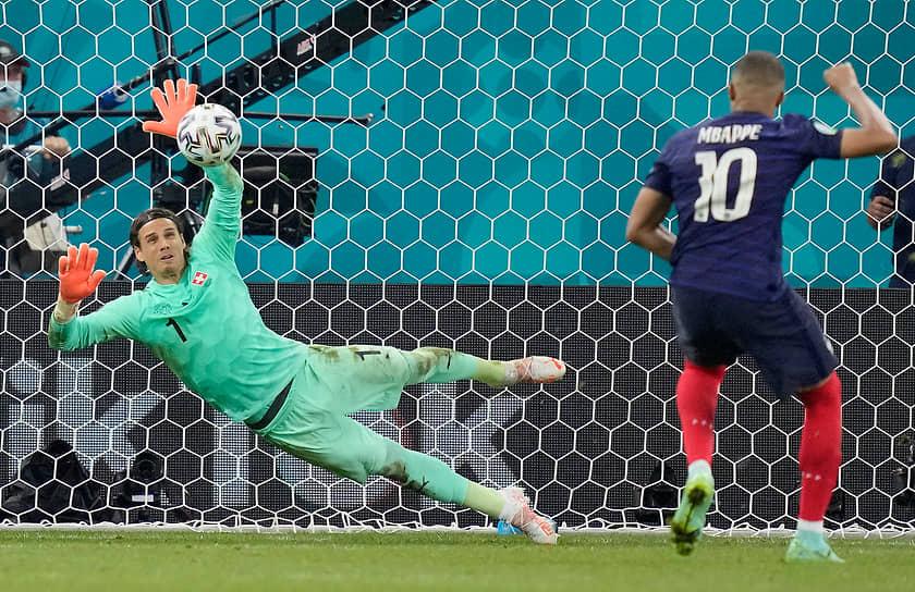 <b>Килиан Мбаппе (Франция, на фото справа)</b><br> В матче 1/8 финала между Швейцарией и Францией не забил решающий удар в послематчевой серии пенальти. Сборная Франция вылетела с чемпионата