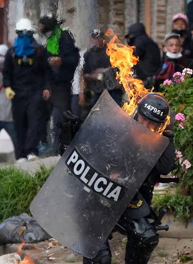 Богота, Колумбия. Полицейский во время антиправительственной акции протеста