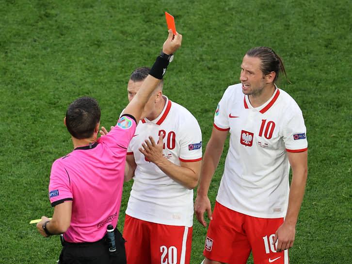 <b>Гжегож Крыховяк (Польша, на фото справа)</b><br> Во время матча группового этапа между Словакией и Польшей получил вторую желтую карточку и был удален с поля. Оба нарушения он совершил на полузащитнике Якубе Громаде. Сборная Польши в меньшинстве проиграла со счетом 1:2