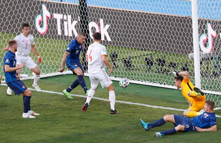 <b>Юрай Куцка (Словакия, на фото третий слева)</b><br> Во время матча группового этапа между сборными Испании и Словакии после отскока забил автогол. Испания выиграла 5:0
