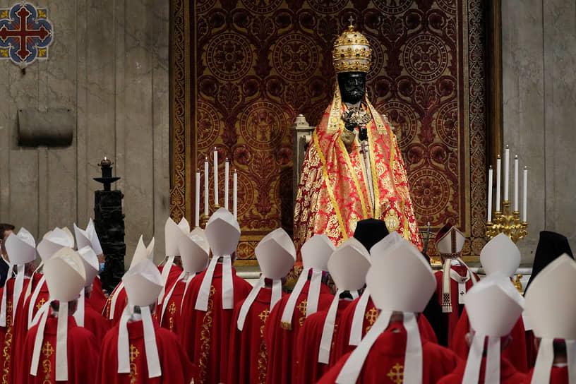 Ватикан. Папа римский Франциск (справа перед статуей апостола Петра) вместе с кардиналами во время мессы