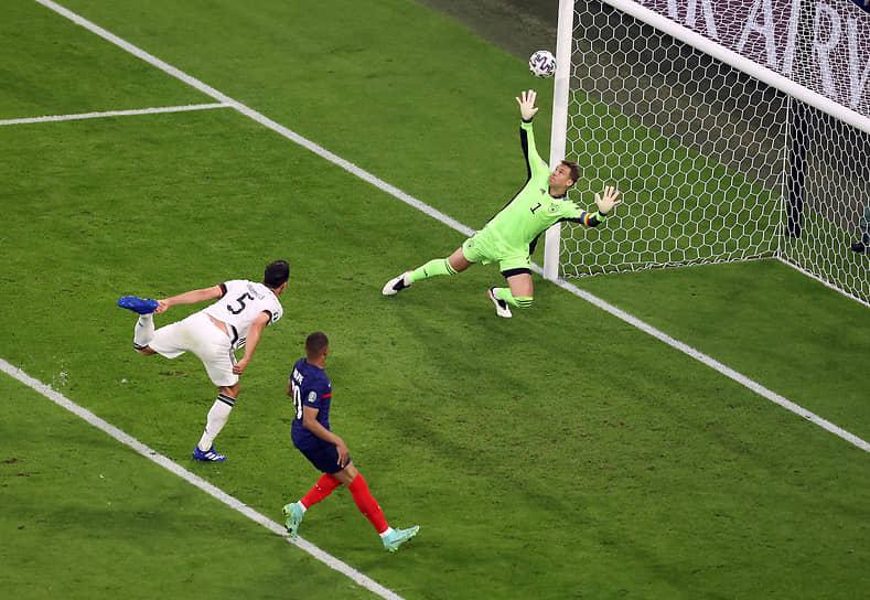<b>Матс Хуммельс (Германия, на фото слева)</b><br> Во время матча группового этапа между Францией и Германией срезал прострел в штрафную прямо в собственную «девятку». Сборная Франции выиграла со счетом 1:0
