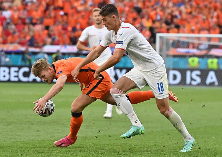 <b>Маттейс де Лигт (Нидерланды, на фото слева)</b><br> Во время матча 1/8 финала между Чехией и Нидерландами сыграл рукой близи штрафной и был удален с поля российским арбитром Сергеем Карасевым. Чехия выиграла 2:0