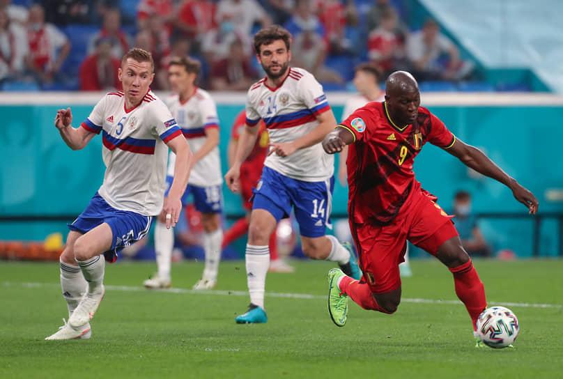 <b>Андрей Семенов (Россия, на фото слева)</b><br> Во время матча группового этапа между Россией и Бельгией  неловко пропустил мяч между ног и случайно сделал голевой пас на бельгийца Лукаку (справа), после чего тот забил гол. Сборная России проиграла со счетом 0:3