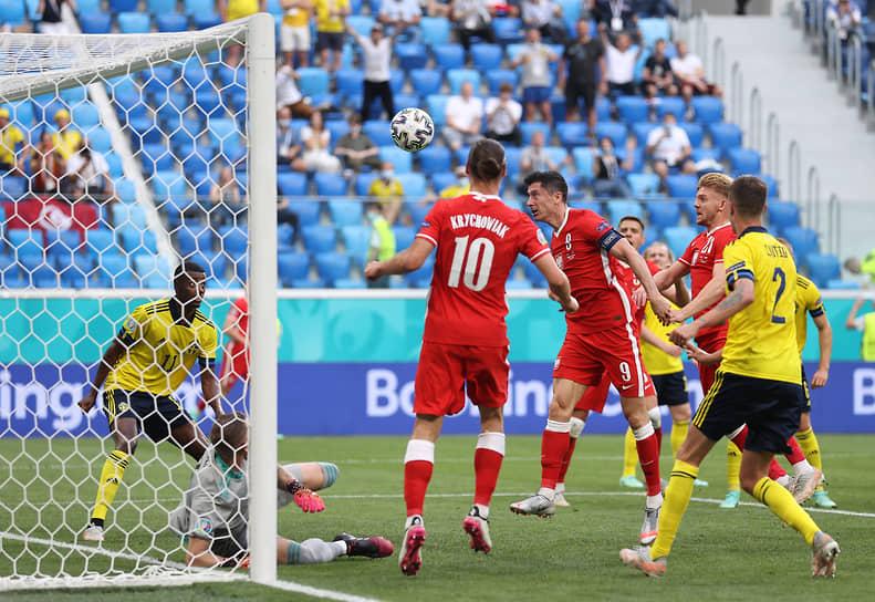 <b>Роберт Левандовский (Польша, на фото по центру)</b><br> Во время матча группового этапа между Польшей и Швецией дважды подряд пробил в перекладину, находясь во вратарской. Швеция выиграла 3:2