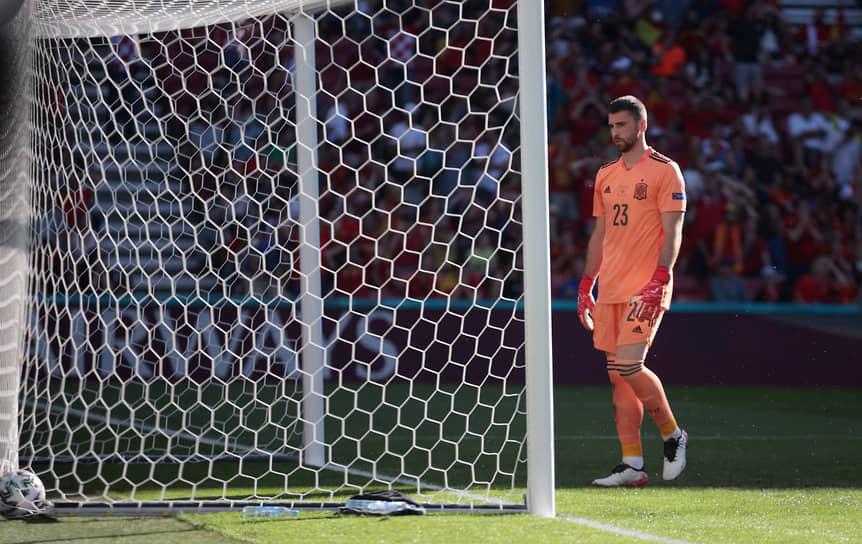 <b>Унаи Симон (Испания)</b><br> В матче 1/8 финала между Испанией и Хорватией после скидки товарища по команде позволил мячу закатиться в ворота. Гол не имел решающего значения, сборная Испании выиграла со счетом 5:3