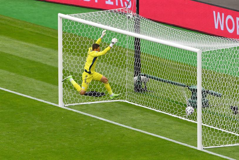 <b>Дэвид Маршалл (Шотландия)</b><br> Во время матча группового этапа между Шотландией и Чехией вышел слишком далеко от своих ворот, чем воспользовался чешский нападающий Патрик Шик, забивший гол с расстояния 40 метров. Чехия выиграла со счетом 2:0